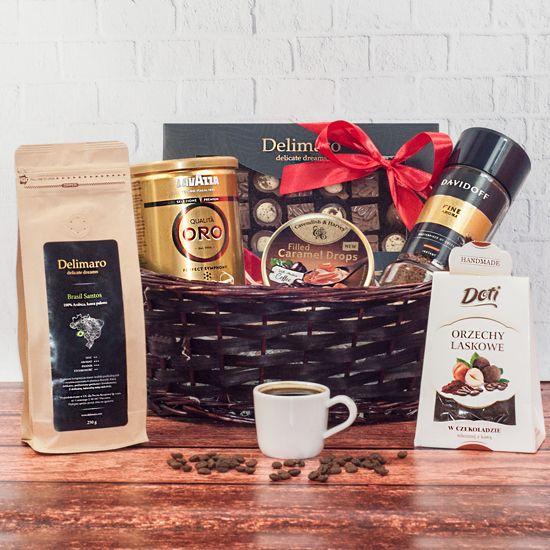 kosz prezentowy Oblicza kawy z 3 rodzajami kawy oraz słodkościami w brązowym koszu wiklinowym