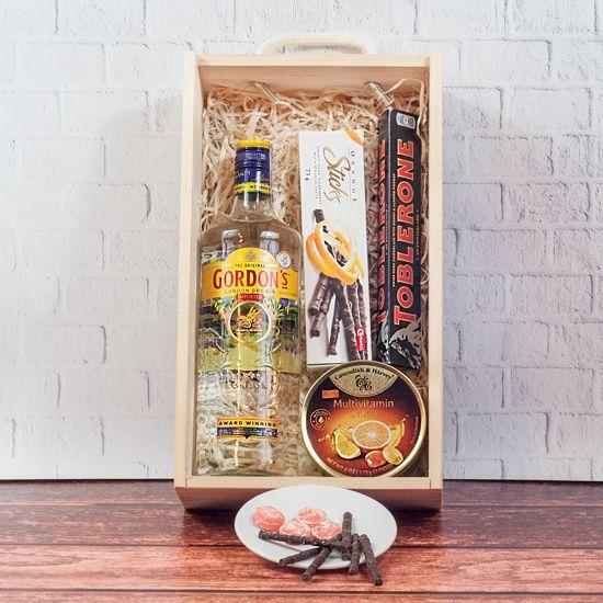 zestaw upominkowy z alkoholem Skrzynka Gina od Smakoszyków w jasnej drewnianej skrzynce