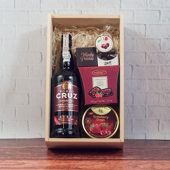 Drewniana skrzynka na prezent Czerwone słodkości z alkoholemi słodyczami