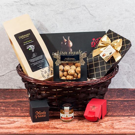 elegancki kosz prezentowy elegancka fanaberia z czekoladami i kawą