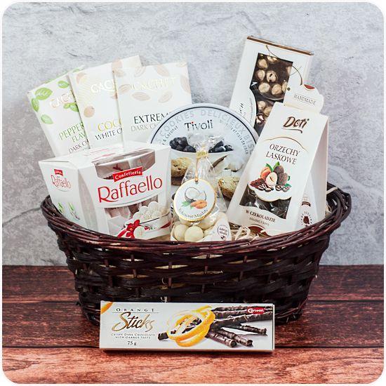 zestaw słodkich upominków z czekoladami cachet, jakobsen i innymi słodkościami