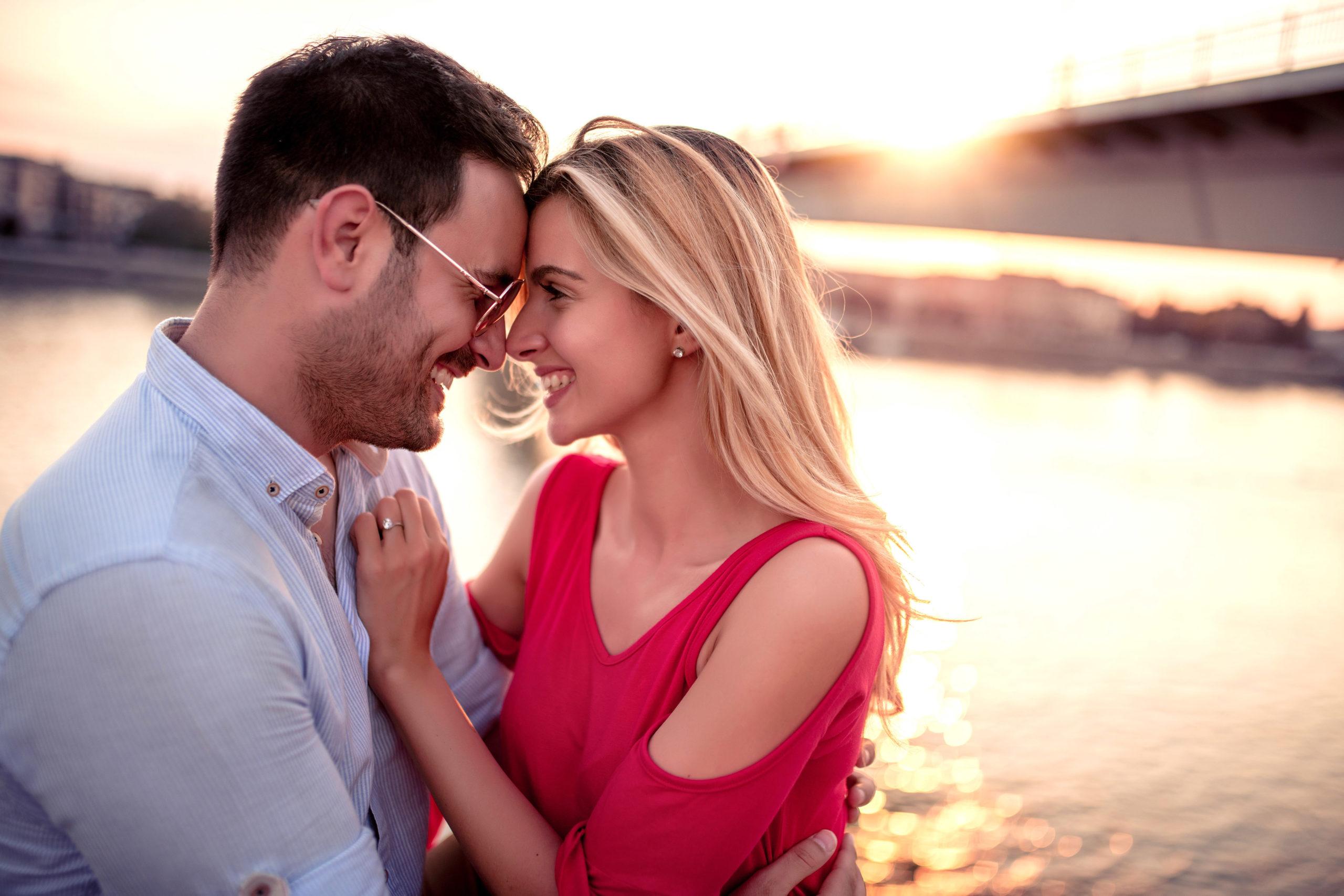 romantyczna para na tle zachodzącego słońca