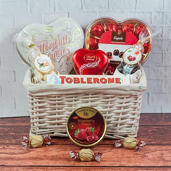 prezent walentynkowy apetyt na miłość, prezent z sercem oraz czekoladkami w koszu